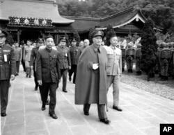 历史照片:总统蒋介石和其他国民党政府官员离开台北的圆山忠烈祠。(1995年3月29日)
