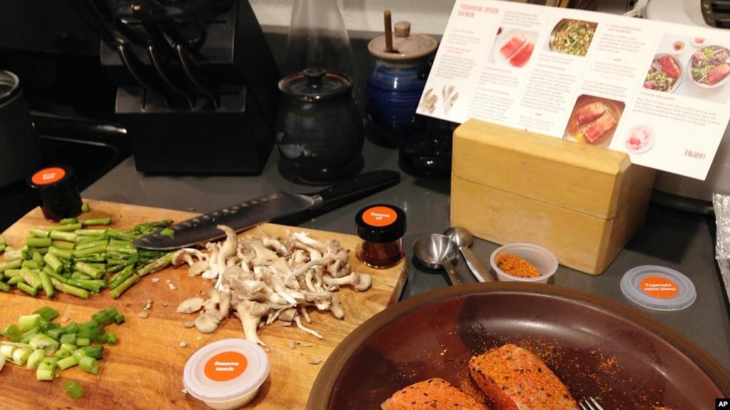 Tư liệu: Cá hồi, món ăn khoái khẩu của nhiều gia đình từ Âu sang Á. (AP Photo/Martha Bellisle)