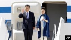 Le président chinois Xi Jinping et son épouse Peng Liyuan arrivent au sommet du G20 à Hambourg, dans le nord de l'Allemagne, le 6 juillet 2017.