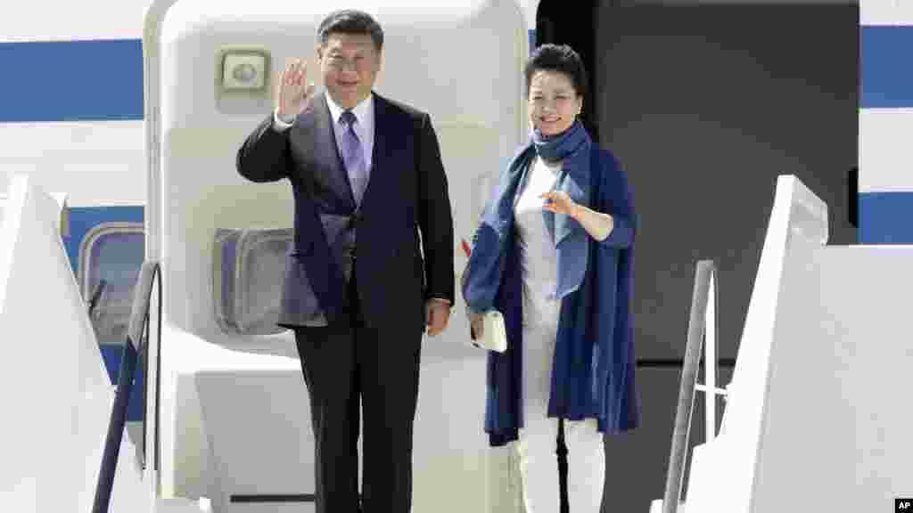 Le président chinois Xi Jinping, et son épouse Peng Liyuan descendent de l'avion après leur atterrissage à Hambourg, Allemagne, le 6 juillet 2017.