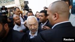 Rached Ghannouchi (au centre), chef de file du parti Ennahda, à Tunis, le 2 novembre 2013.