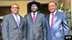 Les présidents Salva Kiir (au c.) et Uhuru Kenyatta (à dr.) en compagnie du Premier ministre éthiopien Hailemariam Desalegn, à Juba, le 26 déc. 2013