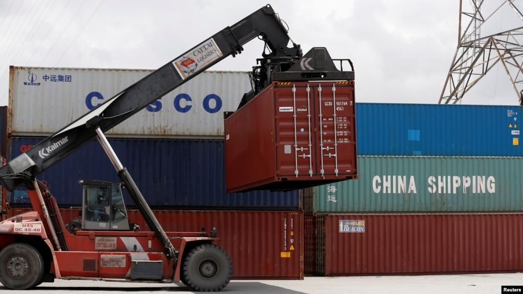 Các container của các hãng China Shipping và Cosco được xếp dỡ tại một cảng ở thành phố Hồ Chí Minh, Việt Nam, hồi tháng 7/2018