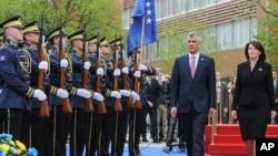 Novoizabrani predsednik Kosova Hašim Tači sa bivšom predsednicom Atifete Jahjagom