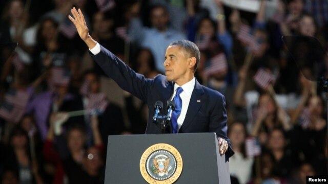 Tổng thống Obama vẫy chào người ủng hộ tại cuộc mít-tinh mừng chiến thắng ở Chicago, ngày 7/11/2012.