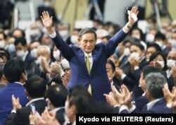 Kepala Sekretaris Kabinet Jepang Yoshihide Suga memberi isyarat saat ia terpilih sebagai ketua baru partai yang berkuasa pada pemilihan kepemimpinan Partai Demokrat Liberal (LDP) yang membuka jalan baginya untuk menggantikan Perdana Menteri Shinzo Abe, di Tokyo, Jepang. (Foto: Kyodo via REUTERS)