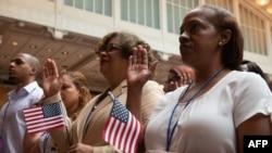 VOA连线(许湘筠):美国独立日,华盛顿故居举办新公民入籍仪式