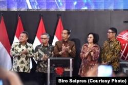 Presiden Jokow Widodo, Menteri Keuangan Sri Mulyani beserta para pemangku kepentingan Bursa Efek Indonesia (BEI) saat membuka perdagangan saham di hari pertama di 2020 di Main Hall BEI, Jakarta, Kamis, 2 Januari 2020. (Foto: Biro Setpres)
