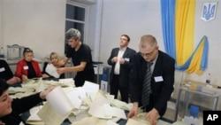 烏克蘭選舉委員會的官員星期天在基輔的一個投票站清點選票
