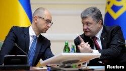 Tổng thống Ukraine Petro Poroshenko (phải) bàn bạc với Thủ tướng Ukraine Arseny Yatseniuk trong cuộc họp chính phủ ở Kyiv, 10/9/2014.