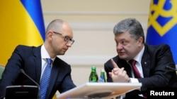 Cumhurbaşkanı Poroşenko (sağda) ve Başbakan Yatsenyuk televizyondan yayınlanan kabine toplantısında