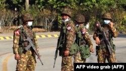Quân đội Myanmar, lập chốt kiểm soát tại Naypyitaw, nằm trên đường tiến đến trụ sở Quốc hội.