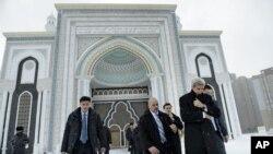 El secretario de Estado de EE.UU., John Kerry (derecha) visitó la mezquita Hazrat Sultan en Astaná, Kazajstán, el lunes, 2 de noviembre de 2015.