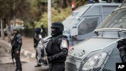 Des policiers montent la garde à l'anniversaire du soulèvement de 2011 sur la place Tahrir, dans le quartier de Haram au Caire, en Égypte, le 25 janvier 2016.