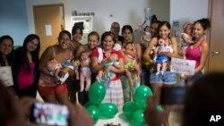 Plusieurs mères dont le bébé est né avec une microcéphalie, probablement due au virus Zika, au Brésil, le 4 février 2016. (AP Photo/Felipe Dana)