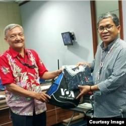 Heribertus Sunu Budiarjo (kiri) menerima cindera mata VOA dari Direktur Biro Jakarta, Agus Sunarto. (Foto: Sunu Budiarjo)