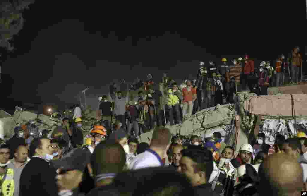Equipas de resgate trabalham para salvar vidas após o tremor de terra no bairro de Colonia Obrera, Cidade do México. Noite de 19 de Setembro de 2017