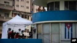 Reporteros instalan equipo frente a la Embajada de EE.UU. en Cuba previo a la ceremonia de inauguración el viernes