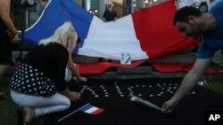 En Francia tres hombres relacionados con el autor de la matanza fueron detenidos este sábado.