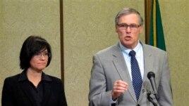 Gubernur negara bagian Washington, Jay Inslee (kanan) memberikan keterangan pers terkait kebocoran nuklir di Reservasi Nuklir Hanford di Olympia, Washington (15/2).