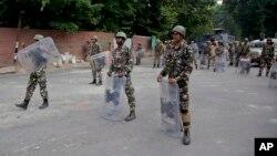 مقام هندی می گویند که در جریان تظاهرات اخیر در کشمیر، یک صد پولیس زخمی و سه تن ناپدید شده اند