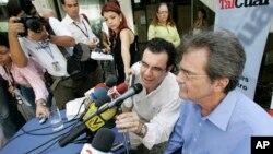 El director de Tal Cual, Teodoro Petkof (derecha) y el comediante Laureano Márquez, dan una conferencia de prensa en Caracas
