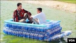 کراچی کے نوجوان پلاسٹک بوتلوں سے بنائی ہوئی کشتی کو جھیل میں چلارہے ہیں