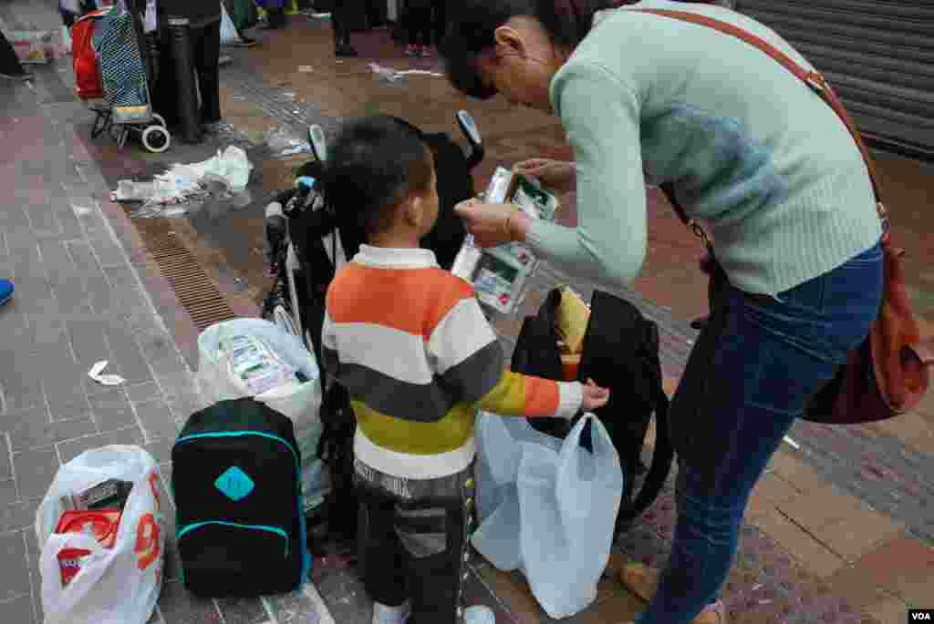 帶同4歲兒子、從山東到香港的自由行旅客李小姐,在上水批發店購買大量糖果等年貨
