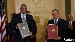 16일 쿠바 아바나에서 앤서니 폭스 미 교통부 장관(왼쪽)과 아델 로드리게즈 쿠바 교통부 장관이 정기 항공노선 재개설 합의문을 들고 기념사진을 찍고 있다.