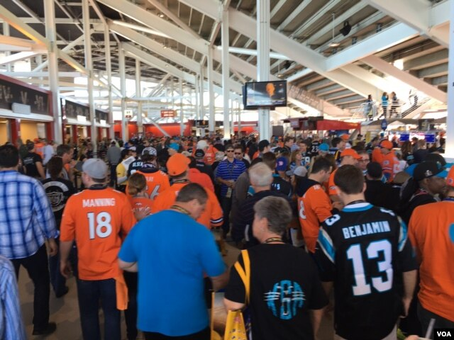 Crowded Super Bowl stadium concourse as the Super Bowl 50 football game is about to start Sunday, Feb. 7, 2016. (photo: P. Brewer/VOA)