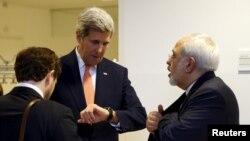 تصویری از وزیر خارجه سابق آمریکا و ایران در حاشیه مذاکرات هسته ای سال ۲۰۱۵