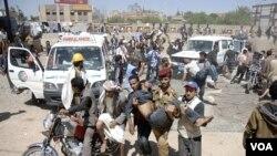 Peserta aksi protes anti-pemerintah membawa rekan mereka yang terluka di Sana'a, Selasa (25/10).