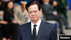 Thủ tướng Việt Nam Nguyễn Tấn Dũng loan báo sẽ trì hoãn thời hạn thu thuế tới 2 năm đối với các doanh nghiệp bị tổn thất và sẽ tính tới việc cắt giảm thuế xuất-nhập khẩu cho họ.