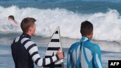 Seorang penyelam dan seorang peselancar di Australia memakai kostum dengan teknologi pengusir hiu yang disebut SAMS.