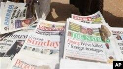 Koran lokal Kano, Nigeria, memuat berita terbunuhnya tujuh sandera asing di halaman utama mereka (10/3).