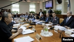 Israel's Prime Minister Benjamin Netanyahu (R) sits across from Defence Minister Ehud Barak (L) during the weekly cabinet meeting in Jerusalem, October 14, 2012.