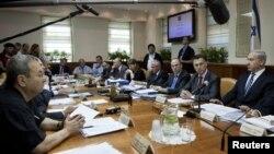 PM Benjamin Netanyahu (kanan) memimpin rapat kabinet mingguan di Yerusalem (14/10). Kebinet Israel menyepakati dilakukannya pemilu lebih awal pada 22 Januari 2013.