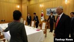 25일 한국 청와대에서 박근혜 대통령을 만난 파월 전 미 국무장관(오른쪽).