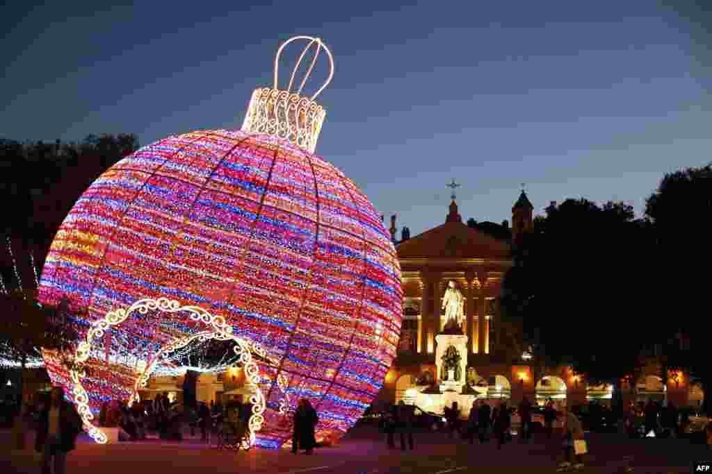 프랑스 남동부 도시 니체 거리에 크리스마스를 알리는 대형 조형물이 설치되었다.