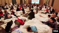 Los huéspedes del hotel Shangri-La en Cairns, Australia, fueron llevados a un salón común para protegerlos del furioso ciclón que golpea las costas del país.