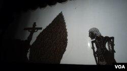 Pentas wayang wahyu menjelang Natal di Solo (14/12). (VOA/Yudha Satriawan)