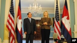ທ່ານນາງ Hillary Clinton ລັດຖະມົນຕີການຕ່າງປະເທດສະຫະລັດ (ຂວາ) ພົບປະກັບ ທ່ານ Hor Namhong ລັດຖະມົນຕີຕ່າງປະເທດກໍາປູເຈຍ (12 ມິຖຸນາ 2012)