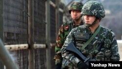 한국 서북도서에 대한 북한의 위협이 고조되고 있는 가운데, 15일 오후 인천 옹진군 백령면의 한 해안 철책에서 한국 해병대원들이 경계근무를 하고 있다.