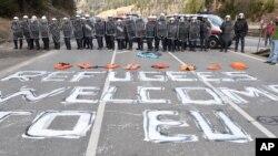 """지난해 4월 이탈리아와 오스트리아 접경 지역 검문소 바닥에 """"유럽연합행 난민들을 환영합니다""""라는 문구가가 적혀있다. (자료사진)"""