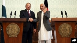 Afghan President Ashraf Ghani, right, shakes hands with Pakistani Prime Minster Nawaz Sharif during a joint press conference at the presidential palace in Kabul, May 12, 2015.