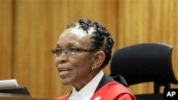 Une juge prononçant une sentence dans un tribunal de Pretoria, Afrique du Sud, 21 octobre 2014.
