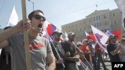 Công nhân khắp Hy Lạp bắt đầu cuộc tổng đình công 48 giờ đồng hồ để phản đối các biện pháp thắt lưng buộc bụng, ngày 28/6/2011 ront of the Greek parliament in Athens, June 28, 2011.