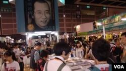 香港書展的會場內其中一書店高挂著中國異議人士諾貝爾和平獎得主劉曉波的巨型海報。(丁力)