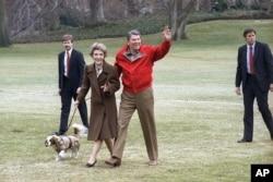 Rais Ronald Reagan, mkewe na mbwa wao wakiwasili White House.