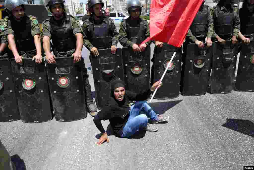 Một người Palestine ngồi biểu tình trước lực lượng an ninh quốc gia để ủng hộ các tù nhân Palestine đang tuyệt thực trong các trại giam của Israel ở thành phố Ramallah thuộc Bờ Tây.